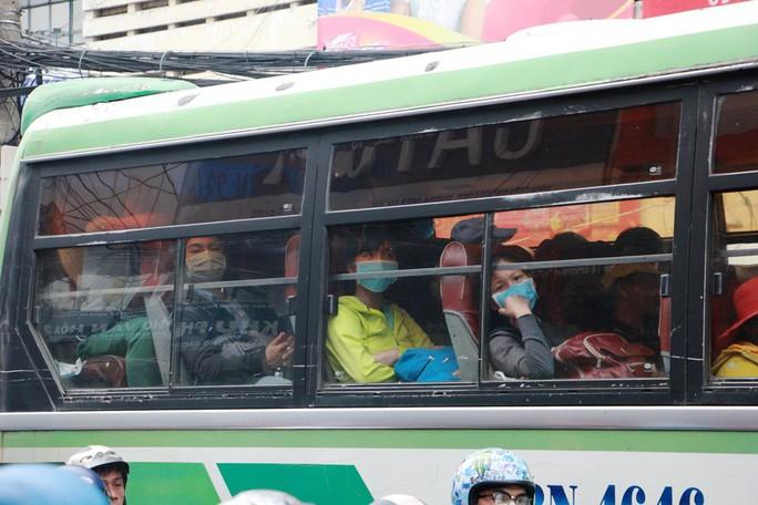 Kẹt cứng trước chợ Hòa Hưng, xe buýt 30 phút mới thoát thân - Ảnh 9.