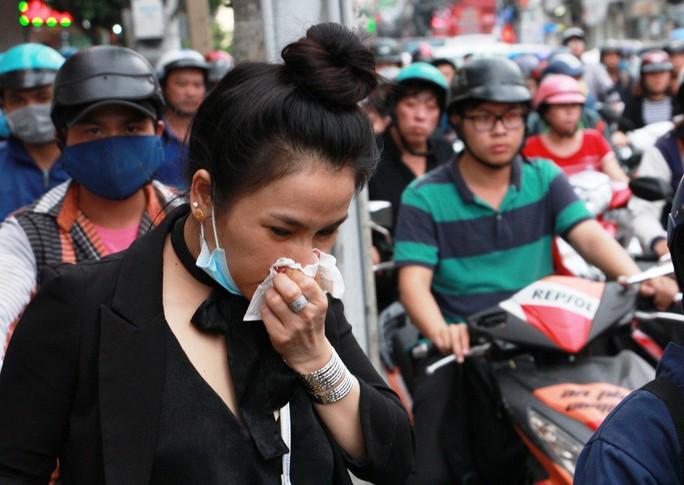 Kẹt cứng trước chợ Hòa Hưng, xe buýt 30 phút mới thoát thân - Ảnh 5.