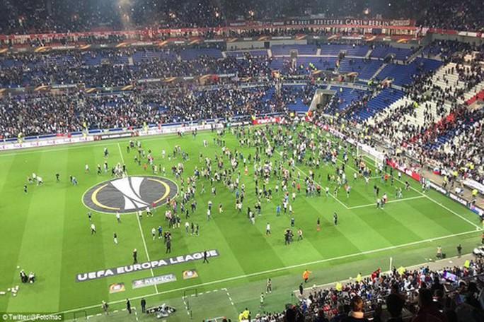 ... tràn xuống sân và trận đấu phải hoãn lại gần 1 giờ