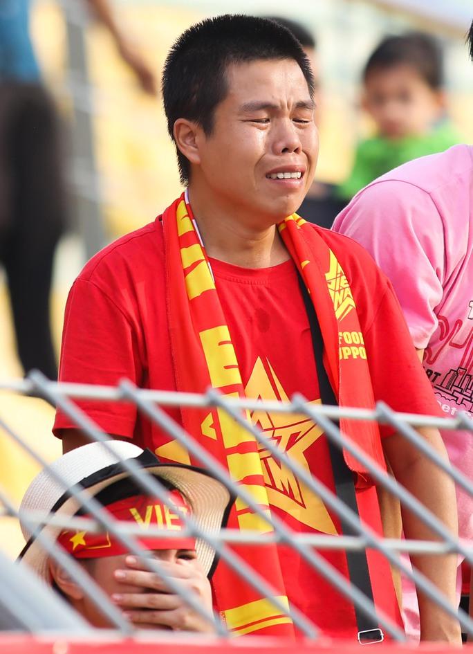 Chùm ảnh: Nước mắt Việt Nam tại Selayang sau trận thua của U22! - Ảnh 5.