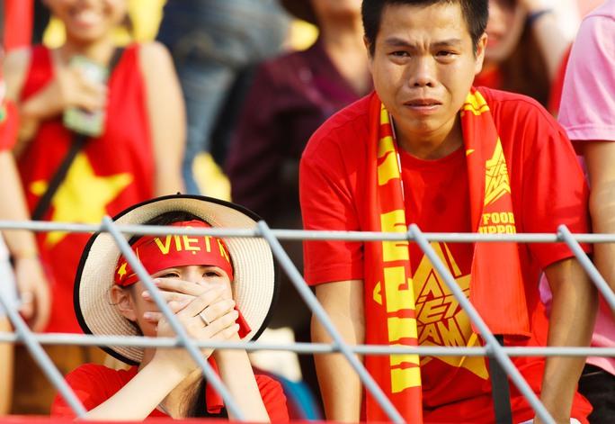 Chùm ảnh: Nước mắt Việt Nam tại Selayang sau trận thua của U22! - Ảnh 4.