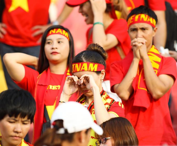 Chùm ảnh: Nước mắt Việt Nam tại Selayang sau trận thua của U22! - Ảnh 9.