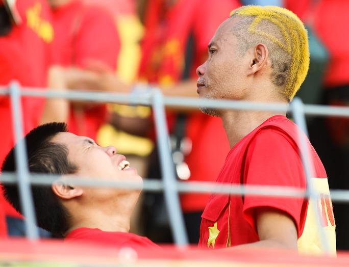 Chùm ảnh: Nước mắt Việt Nam tại Selayang sau trận thua của U22! - Ảnh 3.