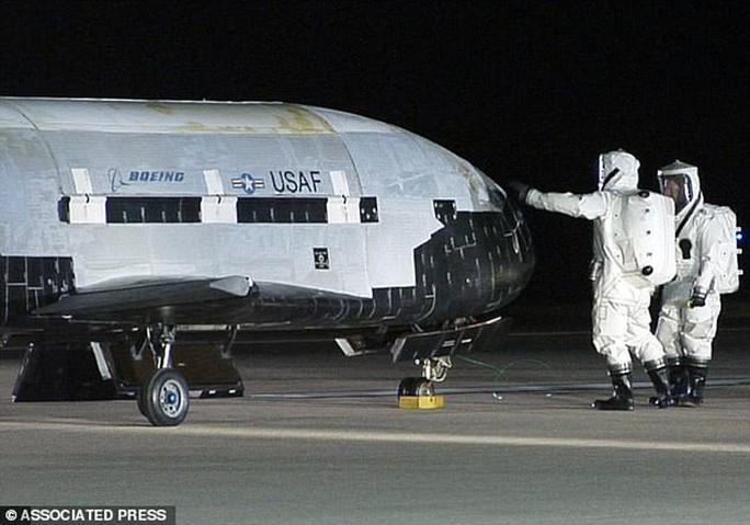 Các kỹ sư kiểm tra máy bay không gian X-37B ngay sau khi nó hạ cánh tại căn cứ không quân Vandenberg, bang California - Mỹ vào ngày 3-12-2010 Ảnh: AP