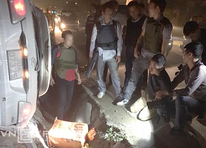Nghi phạm vận chuyển trái phép 100 bánh heroin bị cảnh sát khống chế - Ảnh: VNE