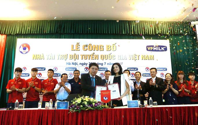 Thầy trò Hữu Thắng nhận quà từ VPMilk - Ảnh 3.
