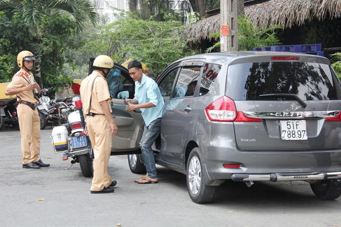 Kiểm tra, xử phạt xe kinh doanh dịch vụ Uber không đúng quy định tại TP.HCM ẢNH: QUẾ AN