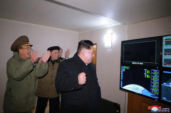 Triều Tiên khoe ảnh ông Kim Jong-un vui mừng theo dõi tên lửa - Ảnh 3.