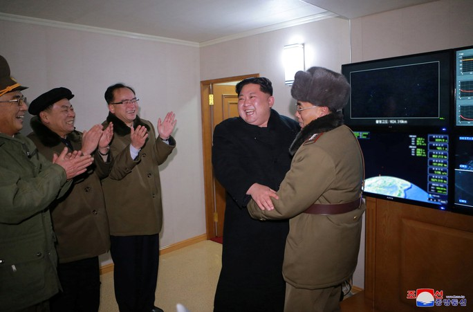 Triều Tiên khoe ảnh ông Kim Jong-un vui mừng theo dõi tên lửa - Ảnh 4.