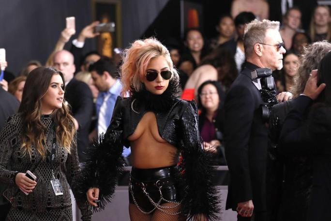 Jennifer Lopez quyến rũ, Lady Gaga táo bạo trên thảm đỏ