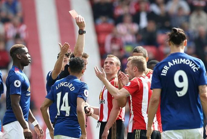 Thẻ đỏ của Larsson khiến Sunderland hết hy vọng lật ngược thế trận