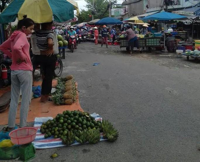 Mối lo thực phẩm bẩn từ các chợ tạm phục vụ công nhân - Ảnh 2.