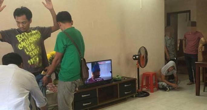Công an TP HCM ập vào bắt đối tượng thuê căn hộ ở chung cư Hùng Vương Plaza (quận 5) để tổ chức đánh bạc. (Ảnh do cơ quan công an cung cấp)