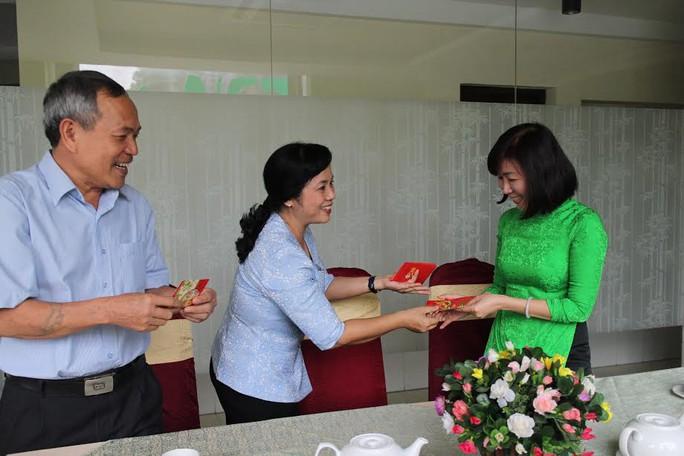 Bà Trần Kim Yến, Chủ tịch LĐLĐ TP HCM, lì xì đầu năm cho đại diện Công ty CP Du lịch Công đoàn
