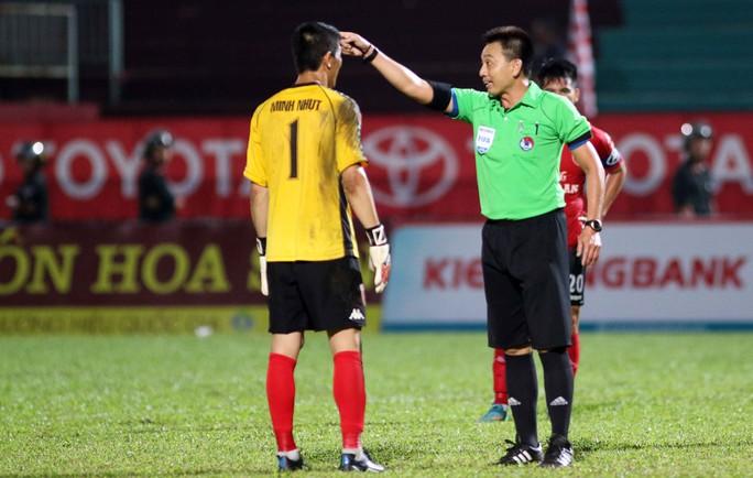 Trọng tài Võ Minh Trí thổi phạt đền Long An ở những giây bù giờ cuối cùng