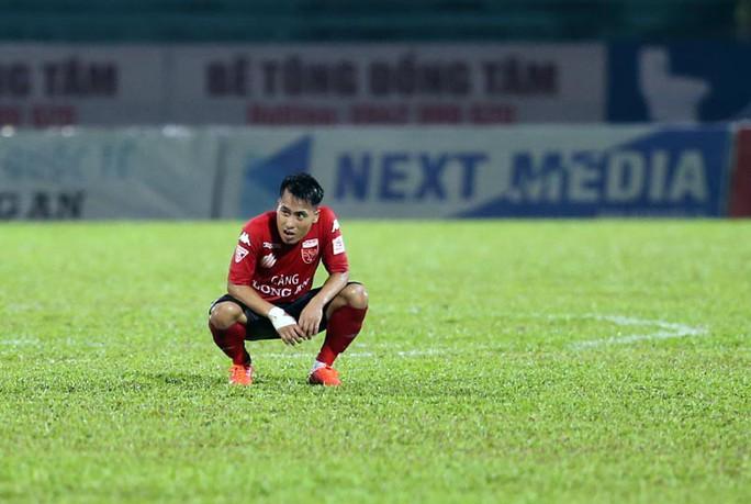 Nỗi buồn của cầu thủ Long An sau trận cuối tại V-League 2017 - Ảnh 3.