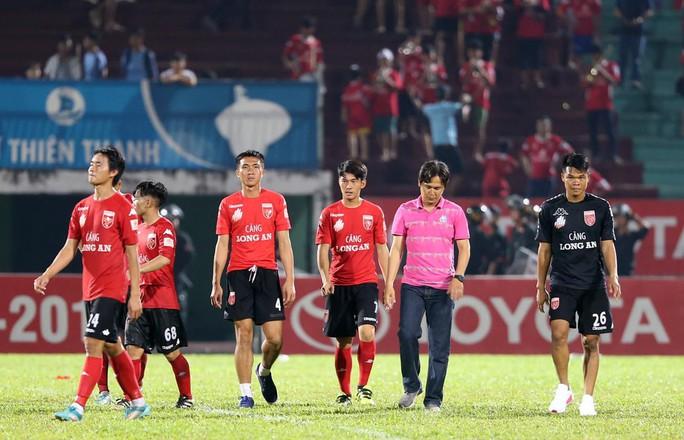 Nỗi buồn của cầu thủ Long An sau trận cuối tại V-League 2017 - Ảnh 5.