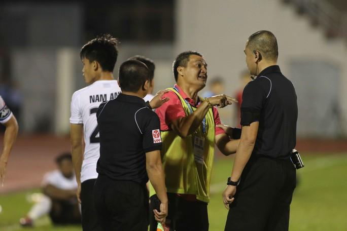 Sau những hình ảnh không hay, các cầu thủ Long An đã không dám phản ứng mạnh mẽ với trọng tài