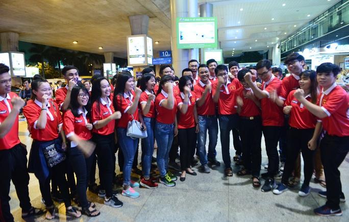 Ngày về rạng ngời của tuyển bóng đá nữ Việt Nam - Ảnh 9.