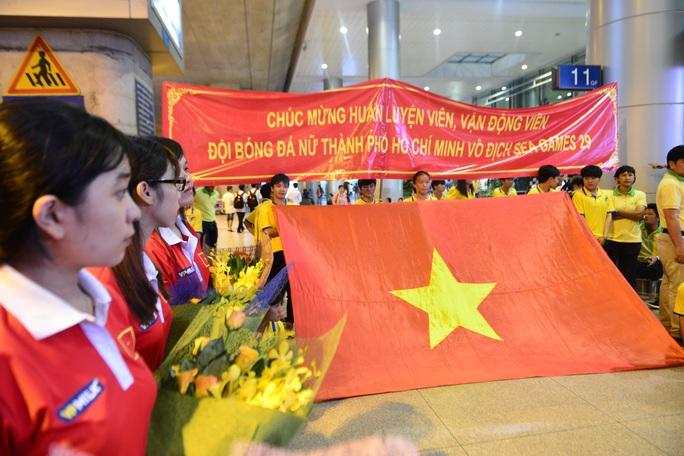 Ngày về rạng ngời của tuyển bóng đá nữ Việt Nam - Ảnh 7.