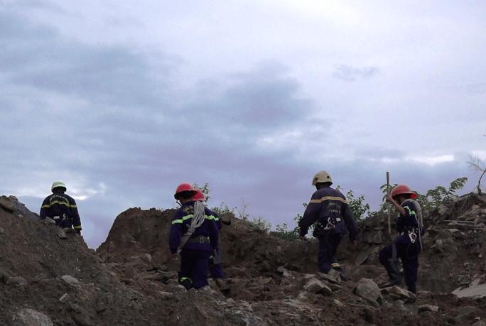 Hơn 6 giờ nghẹt thở giải cứu nạn nhân mắc kẹt trong rừng sâu - Ảnh 2.
