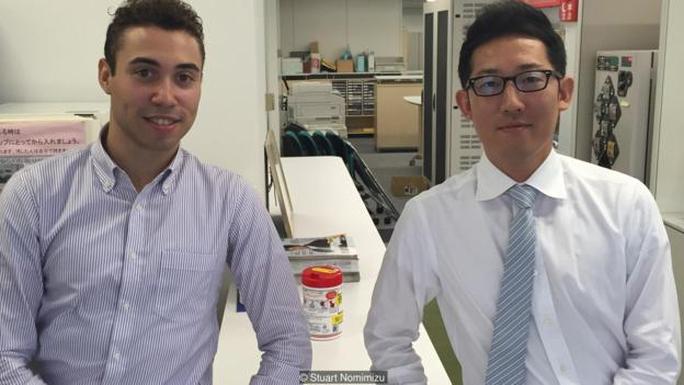 Anh Stuart Nomimizu (trái) từng ngất xỉu vì làm việc quá sức ở Tokyo - Nhật Bản Ảnh: YOUTUBE