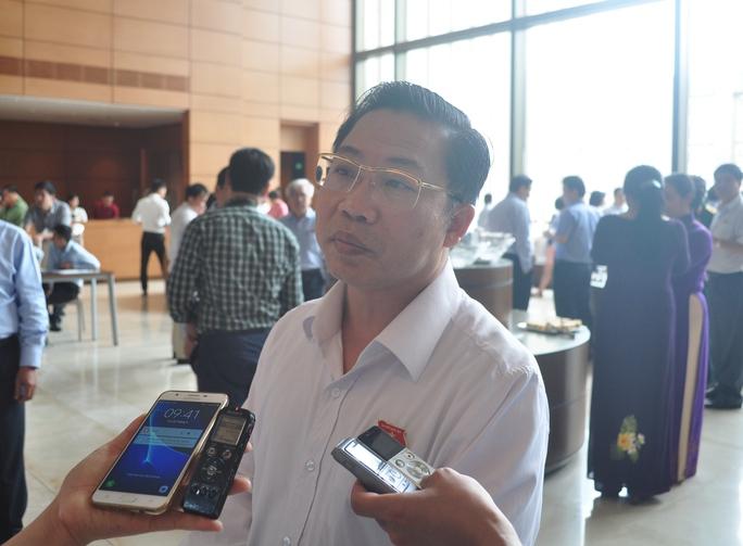 Cần làm rõ hiện tượng quan chức Lào Cai nắm đất vàng - Ảnh 1.