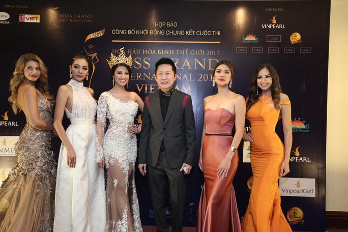 Hoa hậu, các Á hậu Hoa hậu Hoà bình quốc tế chụp ảnh cùng chủ tịch cuộc thi