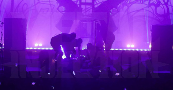 Sao nhạc rock chấn thương vì tai nạn sân khấu - Ảnh 2.
