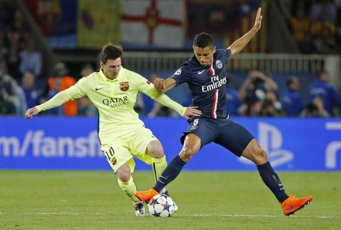 Đá sân khách nhưng Barcelona của Messi (trái) được đánh giá cao hơn chủ nhà PSG Ảnh: REUTERS