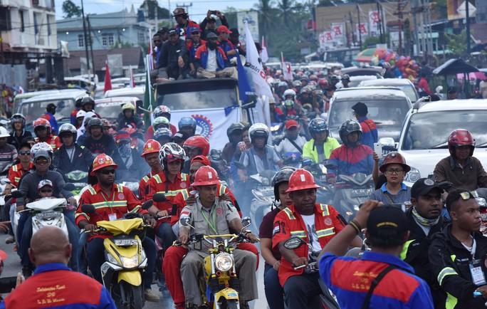 Người lao động kỷ niệm ngày Quốc tế Lao động ở TP Timika, tỉnh Papua - Indonesia, ngày 1-5 Ảnh: REUTERS