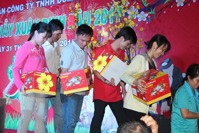 Công nhân Công ty TNHH Domex vui mừng khi nhận phần thưởng may mắn
