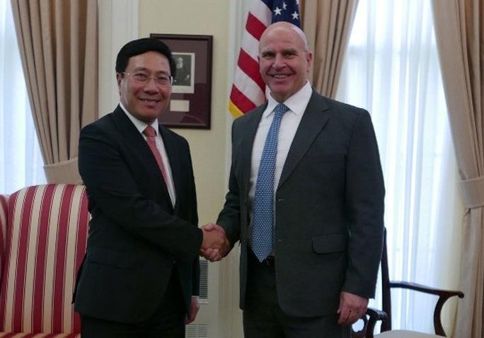 Phó Thủ tướng, Bộ trưởng Ngoại giao Phạm Bình Minh và Cố vấn Hội đồng An ninh Quốc gia Mỹ H.R. McMasster gặp mặt ngày 20-4