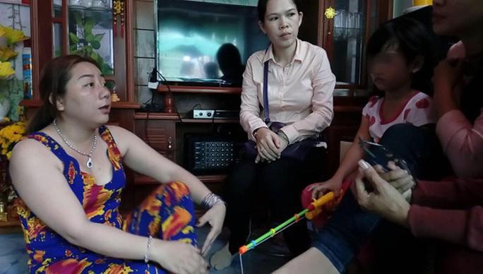 Bé gái nghi bị bạo hành: Mẹ kế nói vết bỏng do dầu mỡ văng trúng - Ảnh 1.