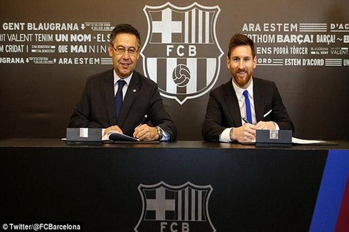 Sốc với hợp đồng 626 triệu bảng Messi tái ký cùng Barcelona - Ảnh 1.