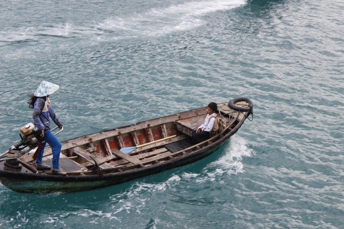 Tại Thổ Chu có 5 lớp tiểu học và 6 lớp trung học cơ sở, với hơn 500 hộ dân và dân số hơn 2.000 người. Một số hộ gia đình đánh bắt cá trên biển và hàng ngày chở con đi học bằng ghe. Trẻ em trên đảo cũng được hưởng nhiều chính sách ưu đãi của Nhà nước