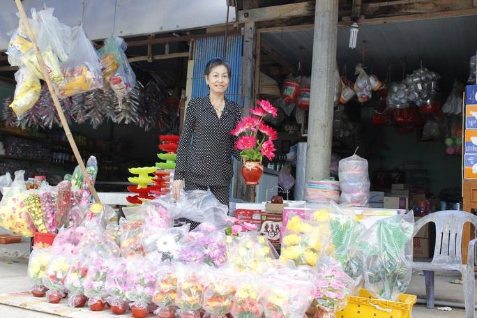 Để đón Tết tươm tất, nhiều hàng hoá được cập cảng Thổ Chu nhằm kịp cung cấp cho người dân. Trong ảnh: Một cửa hàng bán hoa giả với nhiều loại hoa khác nhau