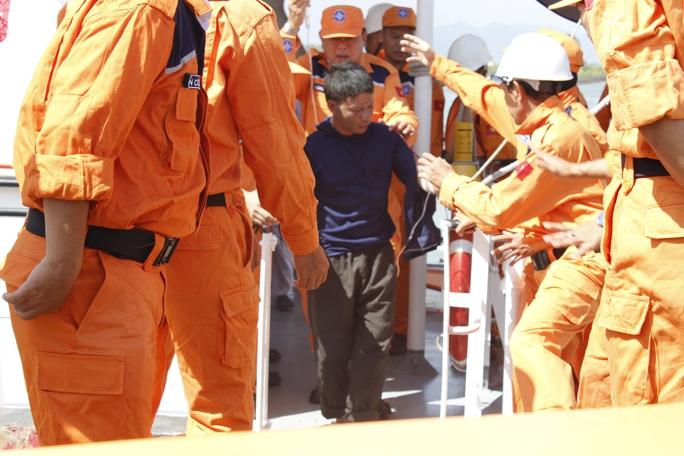 Ngư dân bị thương được các nhân viên đưa lên bờ để cấp cứu