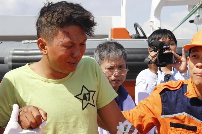 Một ngư dân xúc động khi gặp lại người thân sau tai nạn