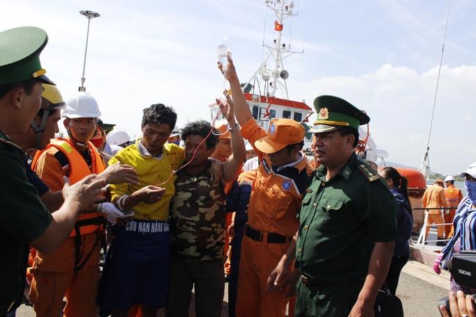 Khẩn trương đưa ngư dân lên xe cứu thương