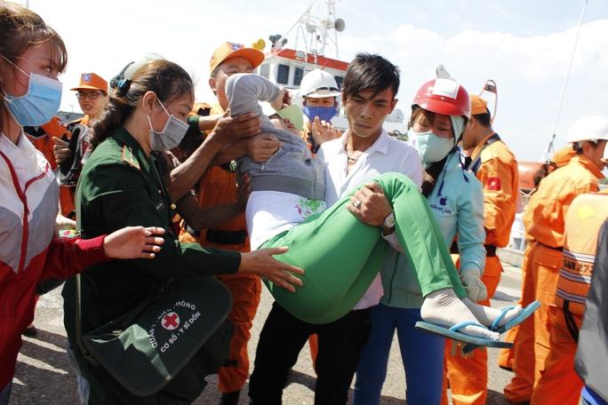 Người nhà các ngư dân bị ngất khi chứng kiến hình ảnh người thân bị thương nặng