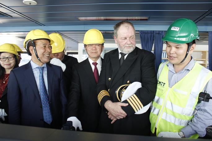 Thứ trưởng Bộ GTVT, lãnh đạo tỉnh Bà Rịa-Vũng Tàu cùng thuyền trưởng tham quan tàu Margrethe Maersk