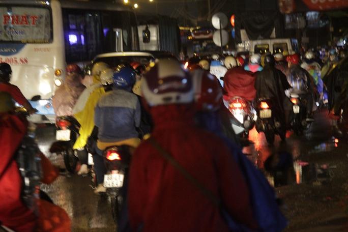 Cùng với cơn mưa, các nút đèn đỏ tại các ngã tư khiến một số đoạn ùn ứ giao thông trên quốc lộ 1.