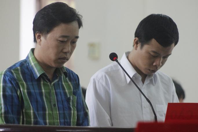 Hai bị cáo Linh (áo xanh) và Thế tại phiên tòa