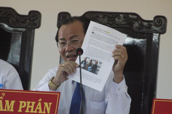 Thẩm phán Huỳnh Ngọc Thiện đưa ra các bài báo chứng minh trước, trong và sau khi gây án bà Thảo tham gia hàng loạt sự kiện mang tầm quốc gia