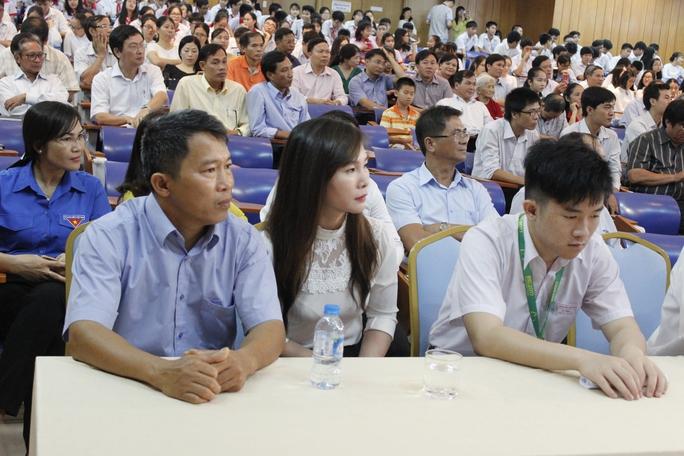 Quán quân Olympic toán quốc tế nhận thưởng 450 triệu đồng - Ảnh 4.