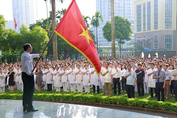 Bệnh nhân xúc động chia tay GS Nguyễn Anh Trí về hưu - Ảnh 1.
