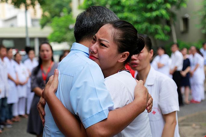 Bệnh nhân xúc động chia tay GS Nguyễn Anh Trí về hưu - Ảnh 2.