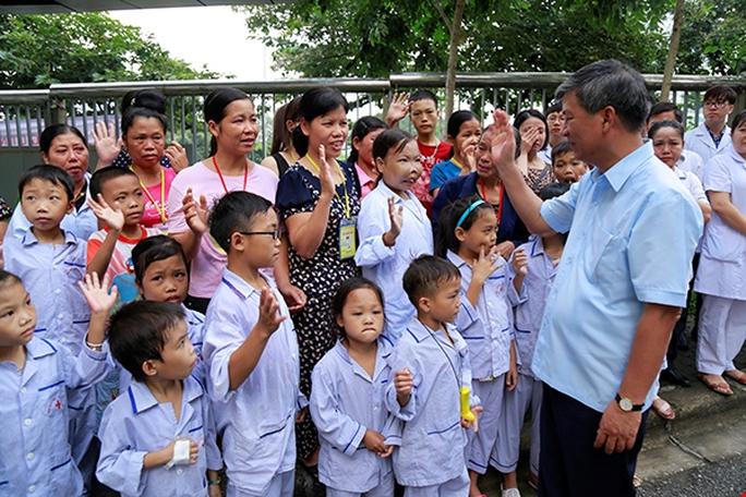 Bệnh nhân xúc động chia tay GS Nguyễn Anh Trí về hưu - Ảnh 6.