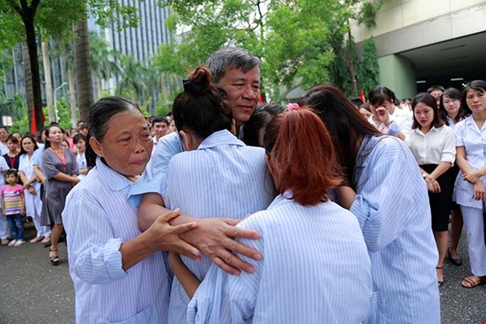 Bệnh nhân xúc động chia tay GS Nguyễn Anh Trí về hưu - Ảnh 8.